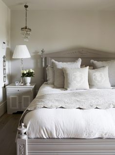 Good morning everybody! ☀ Have a good day at work before the starts! Apartment Bedroom Decor, Home Bedroom, Master Bedroom, Navy Blue Bedding, Country Style Curtains, Cotton Bedding Sets, Rental Decorating, Dream Rooms, Bedroom Inspo