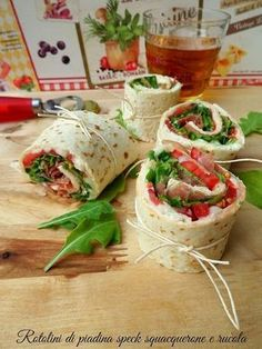 Rotolini di piadina squacquerone speck e rucola Party Finger Foods, Snacks Für Party, Finger Food Appetizers, Healthy Appetizers, Appetizers For Party, Appetizer Recipes, Cooking Recipes, Healthy Recipes, Easy Recipes