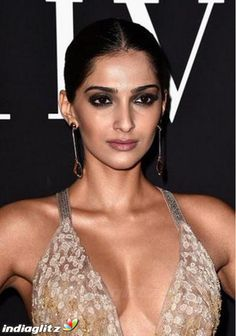 Sonam Kapoor Photos [HD]: Latest Images, Pictures, Stills of Sonam Kapoor - FilmiBeat Hot Images Of Actress, Bollywood Actress Hot Photos, Indian Actress Hot Pics, Indian Bollywood Actress, Bollywood Girls, Beautiful Bollywood Actress, Most Beautiful Indian Actress, Bollywood Fashion, Bollywood Bikini