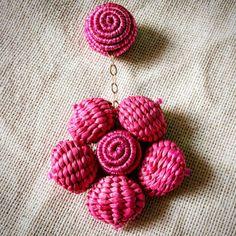 "45 Me gusta, 3 comentarios - Maria E. Esquivia - Accesorios (@mariaeesquivia) en Instagram: ""Flor en bolitas de iraca y cordones de hilos. Hecho a mano."" Crochet Jewellery, Crochet Necklace, Fabric Jewelry, Diy Earrings, Hippie Chic, Statement Jewelry, Costume Jewelry, Bangles, Jewels"