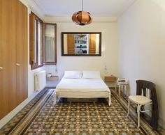 El proyecto cambia la manera de habitar un piso del Ensanche barcelonés de 1910 mediante pequeñas operaciones muy puntuales, aprovechando cada rincón como si de un puzle se tratara, cediento todo e…