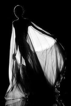 black and white photography Black White Photos, Black N White, Black And White Photography, Monochrome Photography, Portrait Photography, Fashion Photography, Poses Photo, Shadow Silhouette, Foto Art