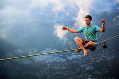 Slackline over Rio-slackline or walking on a tightrope is a kind of extreme sport. Slackline history began in California in the early Trekking, Escalade, Kayak, Walking By, Kids Videos, Daredevil, Extreme Sports, Rock Climbing, Mountain Climbing