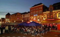 Jochem, Op het plein komen verschillende restaurantjes met daarbij hun terrasjes. Dit zorgt voor een goede sfeer op het plein.