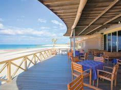 沖縄県といえば、やはり透明度の高い海ですよね!今回は、広大な海を目の前に、沖縄の爽やかな海風を感じながらご飯を食べることのできる「絶景海カフェ」を厳選して7カ所ご紹介します。沖縄へ旅行へ行ったら、絶対に海カフェは外せません!!!