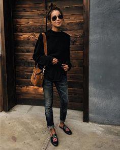 Актуальный casual look от модницы @sincerelyjules не был бы таким удачным без трендовых и мега популярных уже несколько сезонов тапочек-слипперов. Им я думаю можно будет скоро посвятить отдельную страницу. Мюли тапочки без задника - самая модная обувь весны лета и осени. На шоппинг свидание или на красную дорожку: отныне в них можно и нужно появляться везде. В данном случае выбор пал на кожаные мюли с цветочной вышивкой Princetown leather slipper от #gucci. Эту модель в разных цветовых…