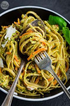 Rezept für ein einfaches schnelles Pasta Gericht mit Nudeln in einer Mandel-Pesto-Sauce mit getrockneten Tomaten, Basilikum und Rucola.