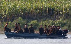 Un barco que transportaba a soldados de Corea del Norte se desplaza a lo largo del río Yalu hacia el pueblo de Corea del Norte de Qing Cheng, que se encuentra a unos 50 kilómetros al norte de la ciudad fronteriza china de Dandong de 12 de septiembre de 2008.