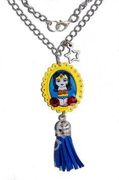 Colgante kokeshi Wonder Woman | Arte, Cine y TV, Colecciones, Ilustraciones Pendientera | Pendientera.com - Bisutería y complementos ARTEsan...