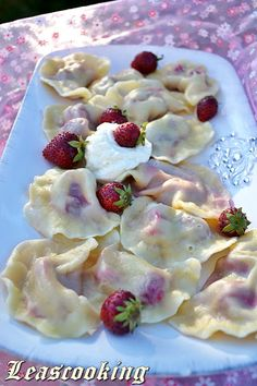 Lea's Cooking: Vareniki (Ukrainian dumplings) are yummy dough filled with fruits. Russian Dishes, Russian Desserts, Russian Foods, Ukrainian Recipes, Russian Recipes, Ukrainian Food, Sweet Dumplings, Pierogi Recipe, Deserts