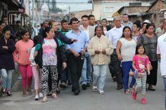 En compañía de la comunidad y líderes del barrio, el alcalde César Cristian Gómez, recorrió las calles del barrio Alfonso López para conocer de cerca la situación del sector. / Suministrada – El Nuevo Liberal.