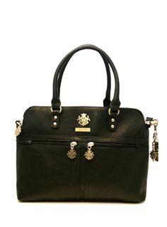 Bagsac Bellona -sarjan tilava musta käsilaukku on tyylikäs ja täynnä yksityiskohtia. Käsilaukku on käytännöllinen ja helppo kantaa mukana niin kädessä kuin olalla. Ryhdikäs laukku kätkee sisälleen tilavat sisätilat ja monipuoliset taskut ja tavarat on helppo jaotella kolmeen erilliseen osioon - BeBag.fi