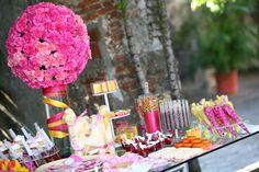 Como bien sabes,  un básico para tener un banquete de bodas estupendo es innovar con algunas cosas. Estos 5 tips para tener una mesa de dulces perfecta te ayudarán para sorprender a tus invitados con una cantidad de ricos postres para la boda y recepción. Toma nota y conviértete en una máster de los dulces.