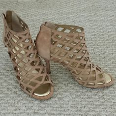 Beautiful heels Excellent condition!  Perfect for spring /summer. Arturo Chiang Shoes Heels