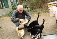 Bohumil Hrabal and cat Celebrities With Cats, Film Music Books, Cool Photos, Corgi, Face, People, Writers, Blog, Ideas
