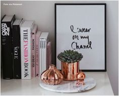 After a lot of time with silver tones monopolizing the decoration, we have been seeing rose gold decor ideas for some time now. Lamps, mirrors and small decorative details in gold or copper tones Home Design, Interior Design, Design Design, Studio Decor, Deco Rose, Rose Gold Decor, Room Goals, Roomspiration, Home And Deco