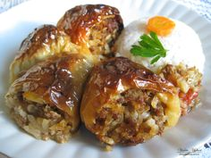 Përbërësit: 1kg speca 0.7 kg mish të bluar 2 qepë 4 – 5 domate 1 gotë oriz 2 dl vaj 2 lugë kripë Biber t'kuq Biber t'zi Përgatitja: Qepëve të skuqura në vaj ua shtojmë biberin e kuq, mishin, oriz… Albanian Cuisine, Albanian Recipes, Albanian Food, Night Dinner Recipes, Oriental Food, Baked Potato, Food And Drink, Thanksgiving, Stuffed Peppers