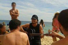Eddie Vedder aparece na praia tocando violão e faz a alegria dos fãs
