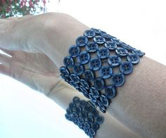 In Aunty Gretel: DIY: Bracelets made with buttons Do It Yourself Jewelry, Do It Yourself Fashion, Button Art, Button Crafts, Button Bracelet, Cuff Bracelets, Sewing Accessories, Jewelry Accessories, Beaded Jewelry