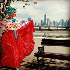 Que linda foto. Lo tradicional y lo moderno de la bella Panamá.