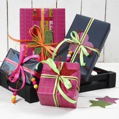 12931 Cadeaus ingepakt met linten in neon kleuren en glitter