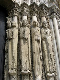 Pórtico Real de la Catedral de Chartres. Vista de la decoración de las jambas. Las estatuas-columna se presentan ya como un anticipo del gótico, aunque aún están bastante sometidas al marco arquitectónico. No obstante, la plástica gótica se aprecia ya en la mayor estilización, el tratamiento de los pliegues (más ágil), etc.