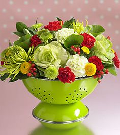 Colander As A Vase ~ run Idea. a great housewarming gift, as the colander can be used in the kitchen once the arrangement falls. love the Kelly Green Colander! Great idea for a kitchen shower! Deco Floral, Great Housewarming Gifts, Before Wedding, Kitchen Themes, Kitchen Shower Decorations, Kitchen Decor, Decoration Table, Shower Favors, Shower Cake