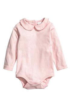 Bodysuit with a collar: CONSCIOUS. Long-sleeved bodysuit in soft organic cotton jersey with a rounded collar and press-studs at the back and crotch. Scalloped trim at the collar and cuffs. Baby Outfits, Newborn Outfits, Kids Outfits, Toddler Fashion, Fashion Kids, Girls Clothes Shops, Pink Kids, Coton Bio, Baby Online