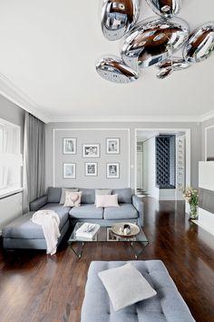 Salon nowoczesny w kolorach pastelowych i z metalową lampą, fot. Michał Mrowiec. #salon #nowoczesny #modny #zdjęcia #inspiracje #dom #pokój #wnętrze #wnętrza #dizajn #pomysły #urządzanie #projekt #inspiracje #kanapa #fotel  #room #inspirations #photos #ideas #saloon #living #home #design #sofa  #salone #moderno #immagini #ispirazioni #divano #casa #inspiraciones #interior #diseno #arquitectura #decoracion #muebles