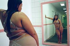 """A marca de lingerie Lonely , da Nova Zelândia, faz desde 2014 campanhas com peças da coleção para vários tipos de corpos femininos. Com o mantra""""body positive"""", a Lonely tem a intenção de repassar o recado feminista para frente seguindo a máxima: """"for women who wear lingerie as a love letter to themselves"""" (para mulheres que usam lingerie como uma carta de amor para elas mesmas). A campanha de Verão 2016 celebra a diversidade e embarca numa viagem de duas amigas, Paloma Elsesser, ..."""