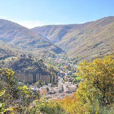 Una delle viste più emozionanti di oggi #VissOltrelInfinito ecco qui il borgo abbracciato dai Monti Sibillini! Sensazionale la vista dalle torri medievali che si trovano sul monte. #Marche