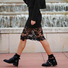 Look com saia midi de renda transparente + ankle boot preta.