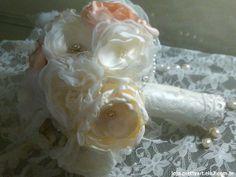 BUQUÊ DE FLORES DE TECIDO: São flores feitas à mão, broches e missangas peroladas. Encomende o seu personalizado. Pode ser feito em outras cores, com detalhes que combinem com o vestido da noiva ou com o casamento em geral.  Buquê de flores de diferentes tecidos, com fino acabamento no cabo em cetim, renda e strass, confeccionado com diferentes adereços: pérolas, cristais, strass, broches rendas, plumas e tule.