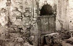 Historic photo of the well of Abu Talha r. Islamic Sites, Mecca Kaaba, History Of Islam, Beautiful Mosques, Madina, Islamic Pictures, Islam Quran, Mirror Image, Sufi