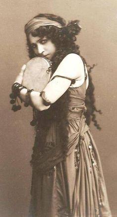 musicbabes:    Sophia Fedorova - Olhar de cigana Tumblr.