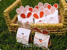 Lembrancinha de Páscoa Easter Crafts, Gift Wrapping, Diy, Christmas Ornaments, Holiday Decor, Cone, Chocolates, Scrap, Party Ideas