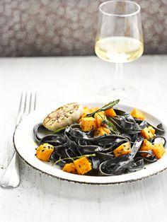 Zwarte pasta met pompoen http://www.njam.tv/recepten/zwarte-pasta-met-pompoen
