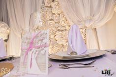 Amikor monokróm ( egyszínű) dekorációt készítünk és meg szeretnénk tartani a választott szín egyeduralmát, akkor kiegészítésként csak a színkörön hozzá közel álló másik árnyalatot válasszunk. ( pl.  fehér  - halvány rózsaszín ) Lézer vágott meghívó: www.dekorbolt.hu