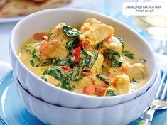 The chicken curry with spinach and tomatoes is cooked at lightning speed in just 20 minutes. The flavors of curry and coconut milk make the popular low carb dish particularly tasty. Law Carb, Fast Low Carb, Asian Recipes, Ethnic Recipes, Low Carb Recipes, Lunch Recipes, Chicken Recipes, Yummy Food, Stuffed Peppers