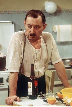 """Heinz Schubert (* 12. November 1925 in Berlin; † 12. Februar 1999 in Hamburg) war ein deutscher Schauspieler, Schauspiellehrer und Fotograf, der durch die Rolle als """"Ekel"""" Alfred Tetzlaff in der Fernsehserie Ein Herz und eine Seele bekannt war."""