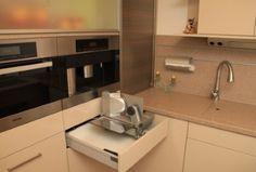 Hochwertige Küche mit Essplatz - Brotschneidemaschine