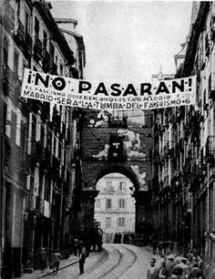 Foto de la Calle Toledo durante la Guerra Civil  Española(Madrid, 193X). En ella se puede ver la pancarta más popular de la guerra en la que se lee: ¡NO PASARÁN.! El fascismo quiere conquistar Madrid. Madrid será la tumba del fascismo.