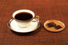 心落ち着きたい時に訪れたいのが、蔵前にある喫茶〈蕪木〉。ネルドリップコーヒーに自家製チョコレート、茶室を思わせる静穏な空間まで、店主のこだわりが詰まった〈蕪木〉の魅力をお届けします。