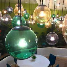 Cascada de bolas de cristal tintadas con distintos colores para el hall del resort Villa Mandi de Tenerife diseñado por BN Arquitectos.  #tenerife #canarias #villamandi #lighting #lightingdesign #decor #dajor #dajorlightingfactory
