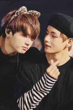bts jungkook v - Also known as Bangtan Boys or Beyond The Scene, Bts Jungkook And V, Bts Taehyung, Bts Bangtan Boy, Bts Boys, Namjin, Taekook, Billboard Music Awards, Yoonmin, Foto Bts