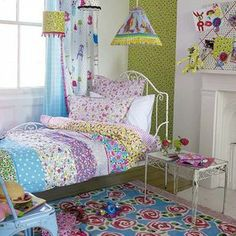 Un dormitorio vintage, coqueto y feminine Would be a cute rag quilt for a little girls room