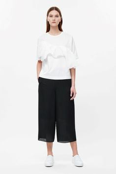 This top is made from soft cotton with a sheer ruched detail across the chest. A boxy fit, it has short kimono sleeves, a round t-shirt neckline and minimal finishes.