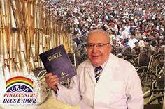 MISSIONÁRIO DAVI MIRANDA-FUNDADOR DA IGREJA- NA SALA DE MILAGRES,ONDE AS PESSOAS CURADAS DEIXAM SUAS CADEIRAS DE RODAS E OUTROS APARELHOS ....