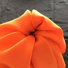 Here's an easy pumpkin napkin fold that will look great on your Halloween, Thanksgiving, or autumn dining room table. No special supplies required. Thanksgiving Napkin Folds, Thanksgiving Table Settings, Thanksgiving Decorations, Christmas Decor, Cloth Napkin Folding, Folding Napkins, Green Tablecloth, Easter Fabric, Fall Floral Arrangements