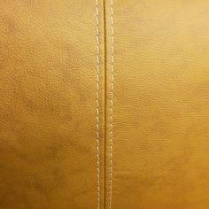 TEHDÄÄN HYVIN | HANDMADE QUALITY Työvaihe: Efektitikkaus | Craft: Contrast stitching Tuotantolinja: Sohvat | Production line: Sofas  #pohjanmaan #pohjanmaankaluste #käsintehty